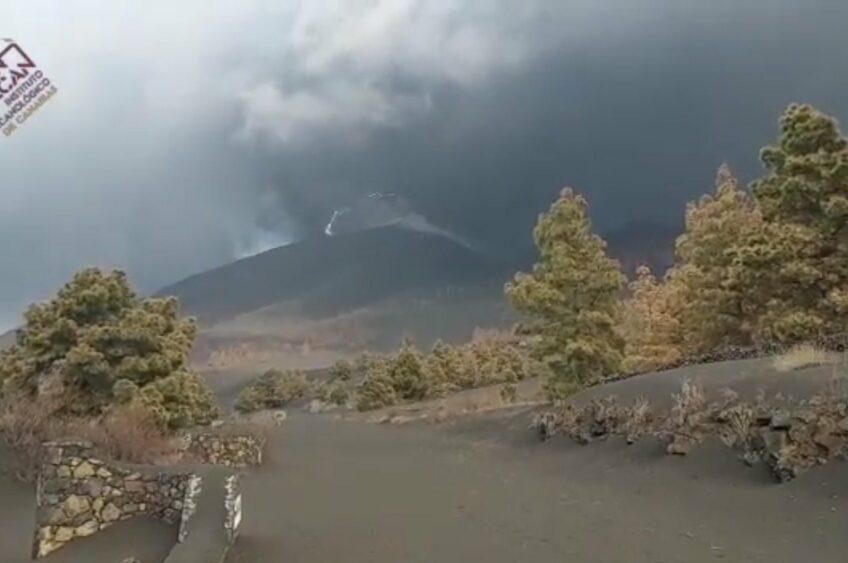 El Colegio Oficial de Pilotos recuerda que la prioridad frente a la nube de cenizas volcánicas de La Palma es la seguridad de los vuelos